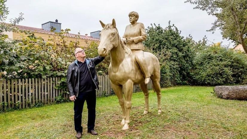 Германияда Ангела Меркелга отлиқ ҳайкал ўрнатилди