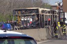 Ҳайдовчи ичида 51 нафар бола бўлган мактаб автобусини ёқиб юборди