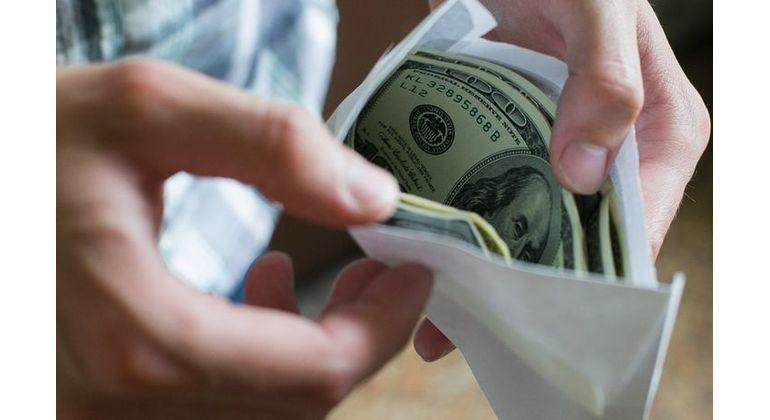 Мажбурий ижро бюроси ходими 600 доллар пора билан қўлга тушди (видео)