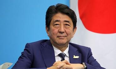 Япония Бош вазири 31 йил деганда илк бор расмий ташриф билан Эронга йўл олди