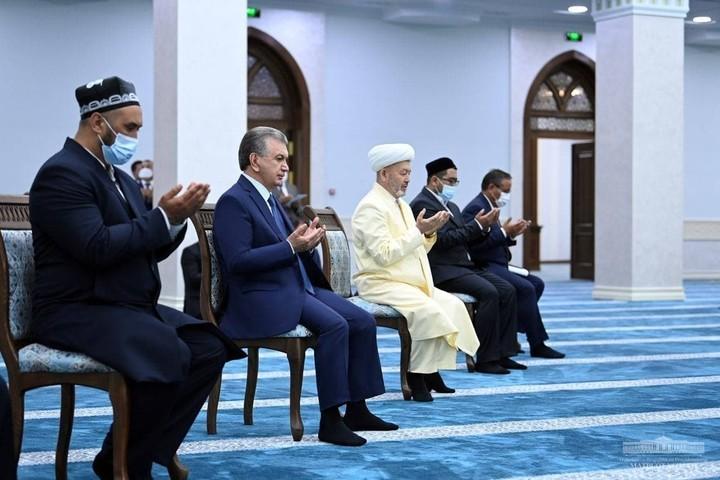 Президент Андижон вилояти Бош жоме масжидини бориб кўрди (фото)