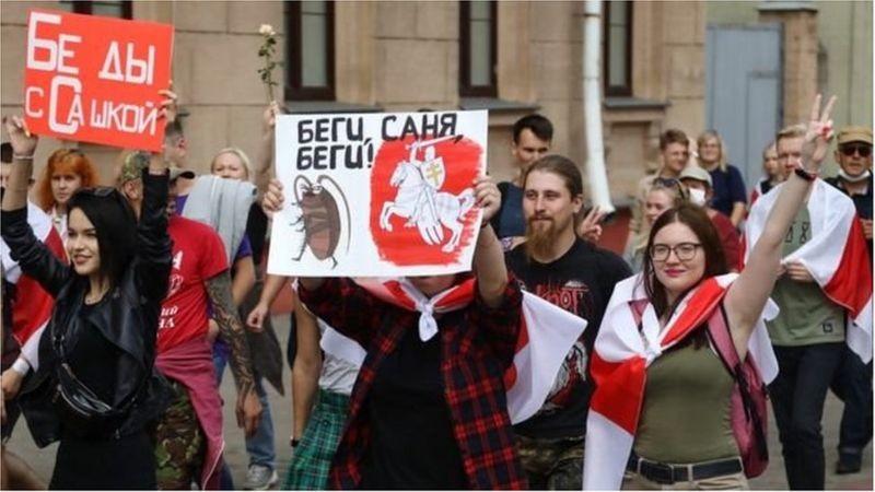Беларусь: КГБ раҳбари ишдан кетди, Путин Лукашенко билан яна келишди