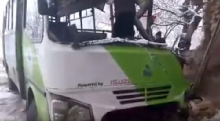 Тошкентда «ИСУЗУ» русумидаги автобус ағдарилиб кетди. Бир қанча йўловчи жароҳат олди