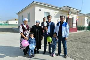 Sardoba toshqinidan zarar ko'rgan qozog'istonlik 386 ta oila ham yangi uylarga ko'chib o'tdi (foto)