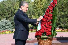 Шавкат Мирзиёев Каримов ҳайкалига гулчамбар қўйди (фото)