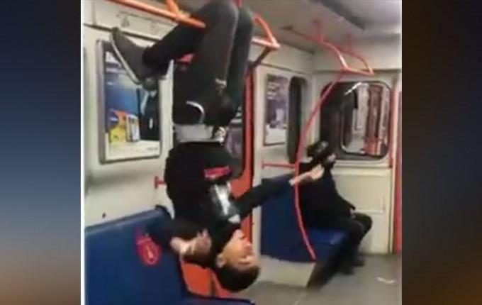 Тошкент метросида вагон ушлагичларига оёғи билан осилиб турган йигитга чора кўрилди