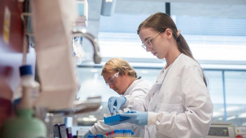 Коронавирус: британ вакцинаси самарадорлиги 70 фоизга баҳоланди