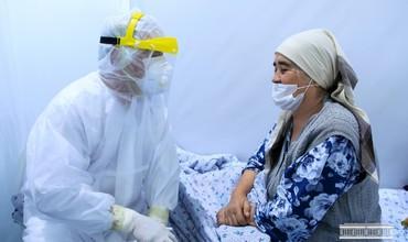 Andijon hokimi koronavirusdan davolanayotganbemorlarning holidan xabar oldi (foto)