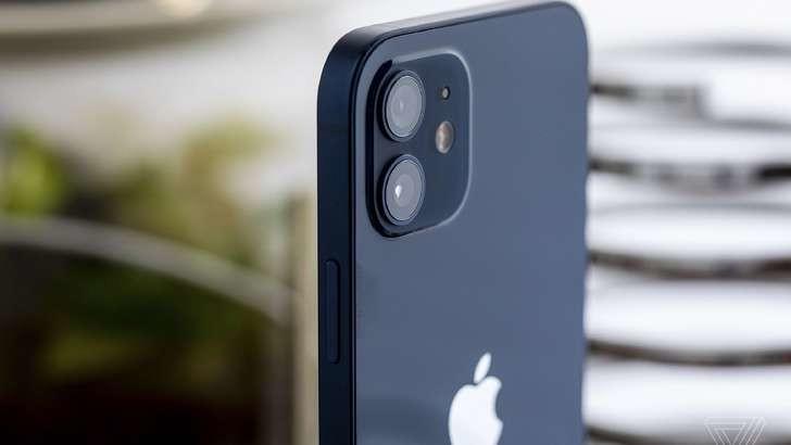 iPhone смартфонларини қувватлагичсиз сотгани учун жаримага тортилди