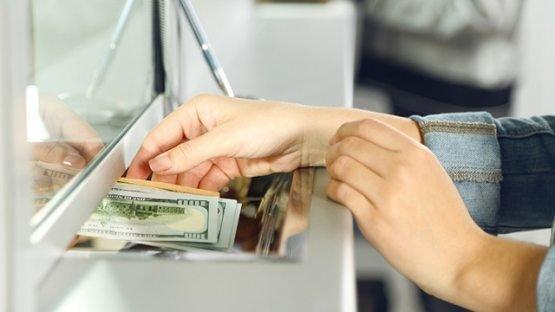 Банкларда валюта сотиш тўхтатилгани бўйича хабарларга жавоб берилди