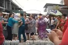 Тошкент вилоятида бозорда савдо қилаётган аёллар куч билан қўлга олинди  (видео)