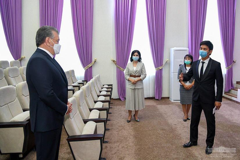 Шавкат Мирзиёев Нукусдаги Опера ва бахшичилик мактабига ташриф буюрди (фото)