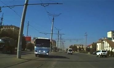 Самарқандда автобус трамвай йўлини кесиб ўтиб, қарама-қарши йўналишга чиқиб ҳаракатланди (видео)