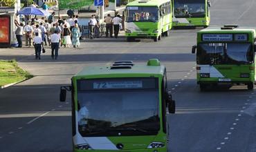 Тошкентда қўлида чақалоғи бўлган аёл автобуснинг ойнасини синдириб шикастланди (видео)