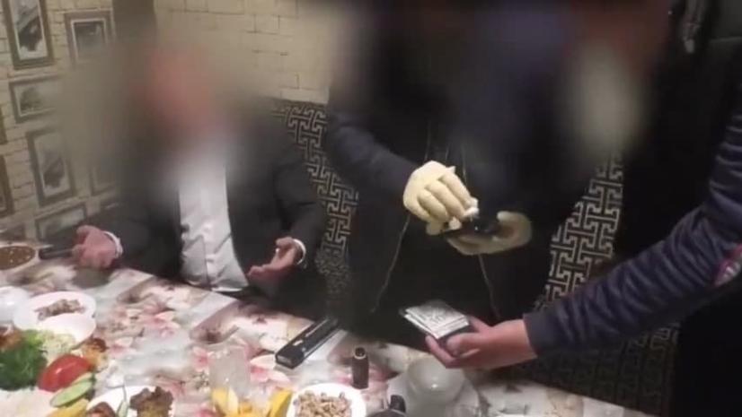 Андижон шаҳар Халқ таълими бўлими бошлиғи 900 доллар пора олаётганда қўлга олинди