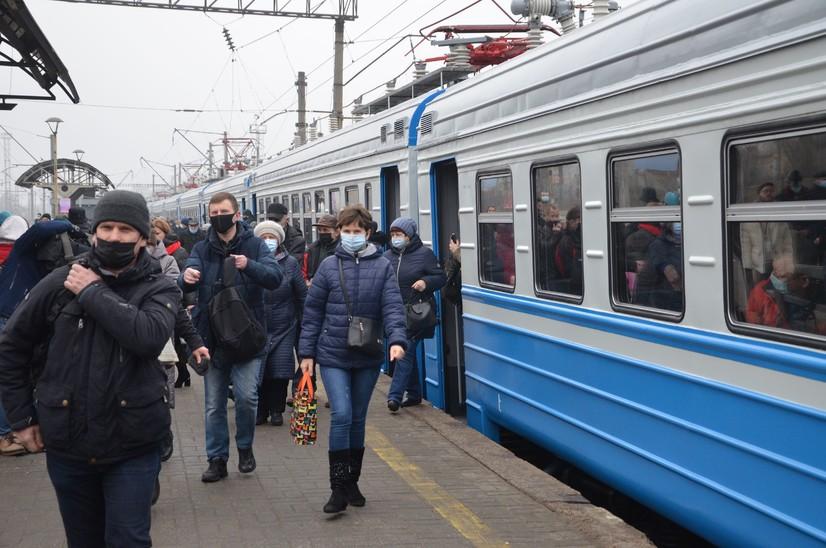 """Москва мэри """"депорт"""" ва """"запрет"""" қўйилган мигрантлар сонини маълум қилди"""