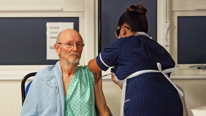 Covid-19'га қарши эмлаш: Британияда вакцина қабул қилган биринчи эркак Уильям Шекспир бўлди
