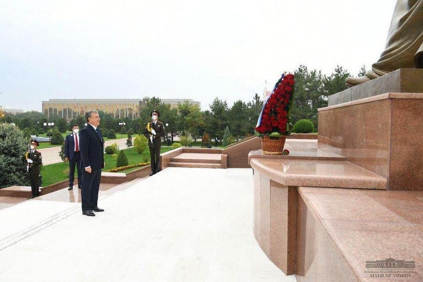 Президент, Олий Мажлис ва ҳукумат вакиллари мустақиллик ва эзгулик монументи пойига гуллар қўйди (фотожамланма)